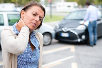 Woman neck hurt after car crash on the street