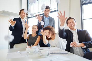 Team wirft vor Begeisterung mit Papier