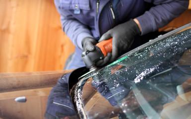 Austausch der Frontscheibe in einer Werkstatt