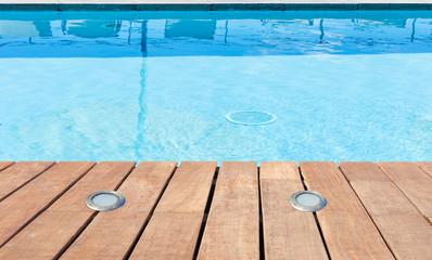 plage de piscine avec éclairage intégré