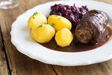 Rinderroulade mit Rotkohl und Kartoffeln