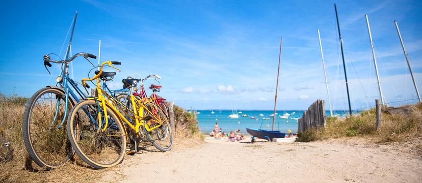 Plage de Bretagne et vélo sur la côte