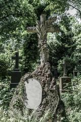 Altes Gedenkkreuz im ehemaligen Südfriedhof von München