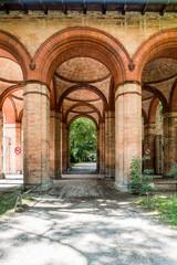 Bogengang im alten Südfriedhof München, mittlerweile eine Parkanlage