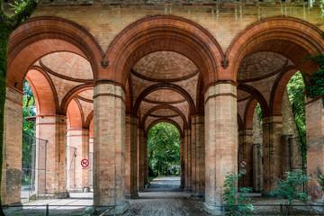Arkadenhalle am alten Südfriedhof München, mittlerweile eine Parkanlage
