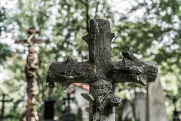Grabkreuz in einem alten verlassenen Friedhof