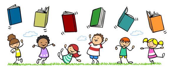 Gruppe Kinder mit vielen Büchern auf Wiese