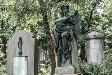Engelsstatue auf einen altem Friedhof