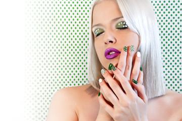Макияж и маникюр зелёные точки на пепельной блондинке.