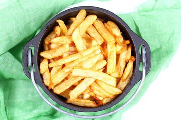 картошка жареная фри лежит в чугунном казане
