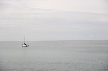 barca en el mar mediterraneo