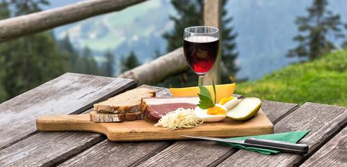 Einfache Brotzeit auf Berghütte