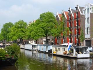 Maisons flottantes sur un canal d'Amsterdam (Pays-Bas)