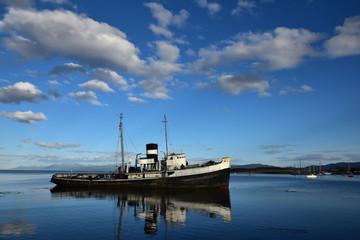 Bateau échoué dans la baie d'ushuaia en Argentine