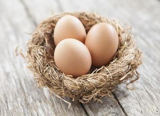 œufs frais dans un nid de pâques