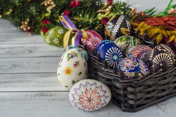 Wielkanocne jajka w koszyku i palma