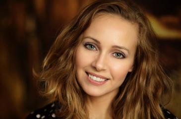 Fototapeta Portret pięknej uśmiechniętej kobiety obraz