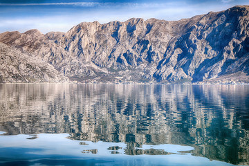 Poster Reflexion Beautiful natural landscape in sunny weather. The mountains are reflected in the sea
