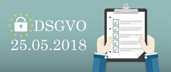 Hände mit einer Checkliste daneben Text DSGVO am 25 Mai 2018