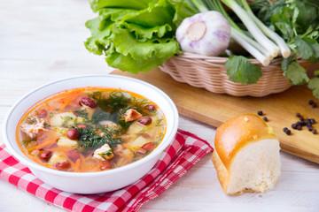 Суп с фасолью на столе