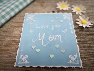 Liebesbrief zum Muttertag Love You mom in Pastell farbiger Dekoration