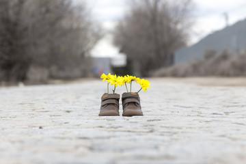 Zapatos con flores amarillas