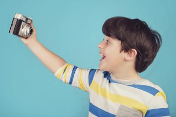 niño divertido con cámara de fotos