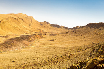 Fototapete - Desert crater mountain ridge cliffs landscape view, Israel nature.