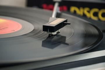 Vitrola tocando disco antigo
