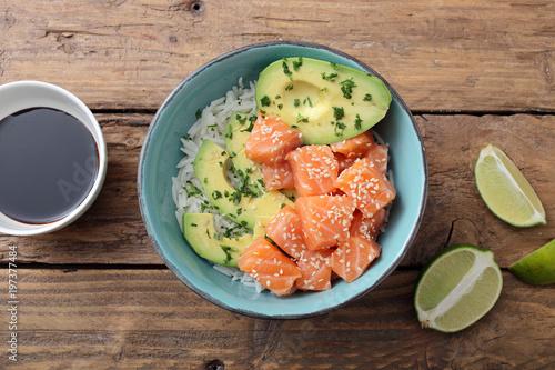 salmone crudo insalata con riso e avocado su tavolo di cucina ...