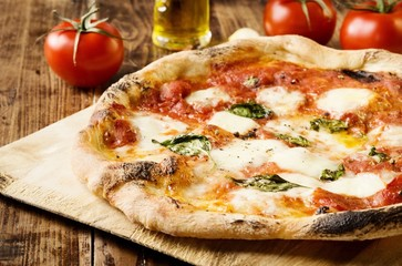 Photo sur Plexiglas Naples Neapolitan Style Pizza with buffalo mozzarella, tomato sauce and fresh basil