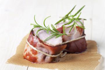 Gegrilltes Schweinefleisch mit Schinken eingewickelt