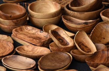 Holzschüsseln und Schalen auf einem Flohmarkt in Rom