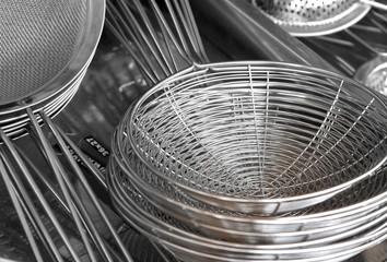 Gestapelte, silberne Metallsiebe  auf einem Flohmarkt in Rom