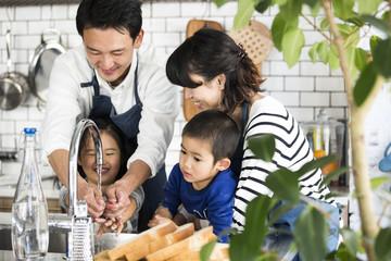 家族みんなでキッチンで手を洗っている。今が一番幸せ。