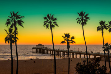 Foto auf AluDibond Strand Manhattan Beach with Palm trees and pier at sunset in Los Angeles, California. Vintage processed. Fashion travel and tropical beach concept.