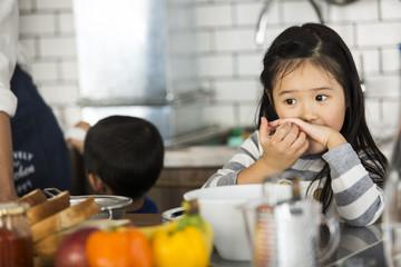 キッチンでお手伝いをしている女の子。