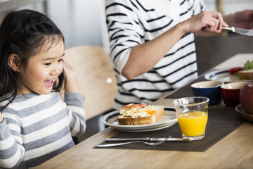 わーい。いただきます。女の子がベーコンエッグのトーストを見て、目を輝かせている。