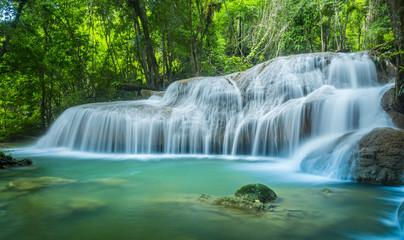Piękny wodny spadek Huay Mae Kamin w Kanjanaburi, Tajlandia