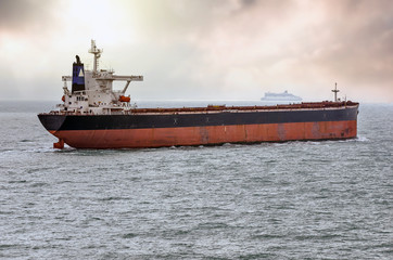 cargo en plein mer