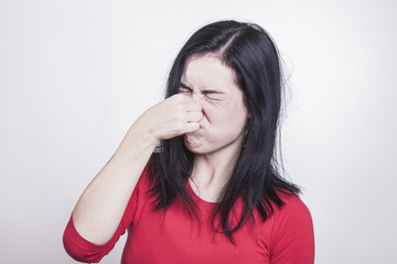 Beißender Gestank nötigt Frau, sich die Nase zu zu halten