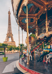 Fotomurales - Carousel and Eiffel tower on background in Paris, France.
