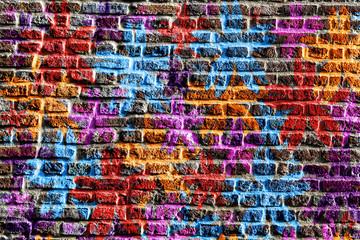 Étoiles multicolores peintes sur un mur