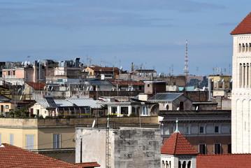 Blick über die Dächer von Rom vor strahlend blauem Himmel und Turm im Vordergrund