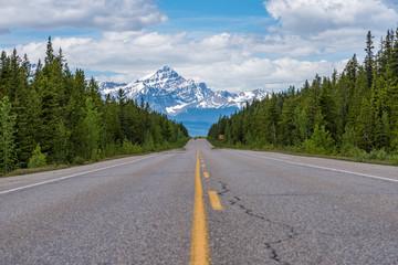 Kanada - Kanadischer Highway mit Bergkette