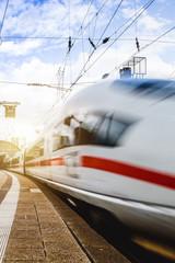 Zug fährt durch Frankfurter Bahnhof