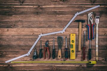Sammlung von Werkzeugen auf Werkbank