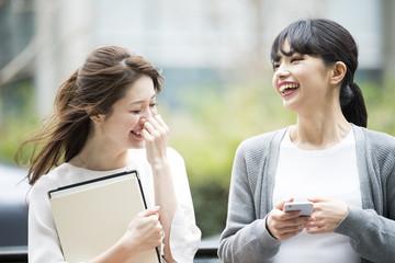 女性社員たちが楽しそうに笑っている