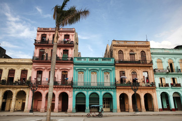 Foto auf Acrylglas Havanna Colorful buildings and historic colonial archtiecture on Paseo del Prado, downtown Havana, Cuba.