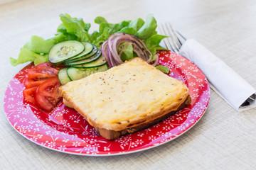 croque monsieur maison avec sa salade verte